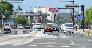 今年初の真夏日を観測した県内。30・1度を記録した佐賀市の道路では逃げ水現象が見られた=佐賀市本庄