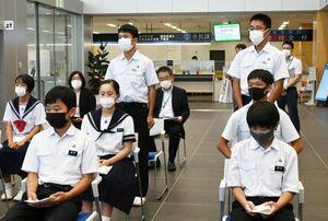 大会の成績や今後の目標を報告する中学生=神埼市役所