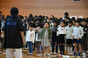 劇団員から演技指導を受ける児童=佐賀市の諸富南小学校