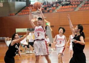 バスケットボール女子決勝・佐賀北-佐賀商 第4クオーター、佐賀北の稲富真穂がシュートを決め、19-14とする=県総合体育館