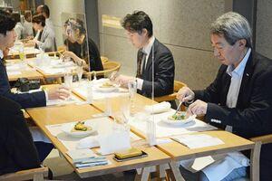 佐賀の食材や器を使ったランチを楽しむ人たち=有田町赤坂のアリタハウス