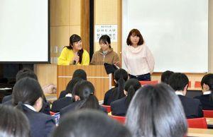 タイの福祉事情や現地の紹介をする佐賀女子短期大の学生=佐賀市の佐賀女子高