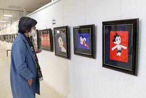 「日本を元気に」とのテーマの下、アトムやあしたのジョーなどの人気作品の版画が並ぶ会場=佐賀市の佐賀玉屋