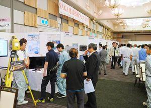 最新の建設技術を紹介するブースが並び、多くの人でにぎわった「SAGA建設技術フェア」=佐賀市のガーデンテラス佐賀