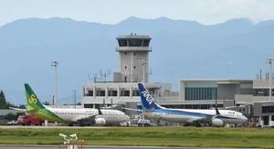 国内線が1日6便、国際線が週6便就航している佐賀空港。オスプレイ配備と目達原駐屯地のヘリ部隊の移駐による民間機運航への影響について、防衛省は「支障は出ない」としている=佐賀空港(2014年8月撮影)