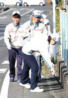 JR神埼駅周辺で清掃活動を行うトヨタ紡織九州の新入社員=神埼市神埼町