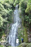 避暑地として県内外から観光客が訪れる清水の滝=小城市小城町