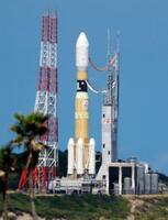 発射台の火災が鎮火し、損傷などの調査が行われたH2Bロケット=11日午後1時23分、鹿児島県の種子島宇宙センター