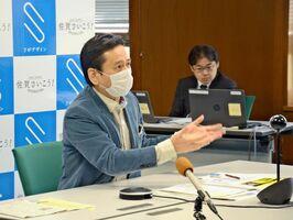 緊急事態宣言の延長に関し、「今の段階で地方側から求めるのは違和感がある」と述べる山口祥義知事=県庁