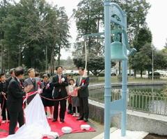 佐賀県から国立ハンセン病療養所菊池恵楓園に贈呈され、記念式典で披露された「希望の鐘」=27日午後、熊本県合志市