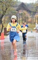 雨の中、懸命に走る参加者たち=神埼市郡の吉野ケ里歴史公園