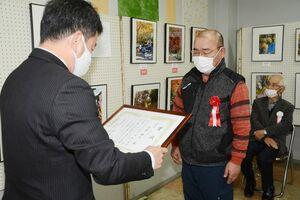 松尾佳昭町長(左)から賞状を贈られる最優秀賞の片渕敏夫さん=有田町幸平の有田館