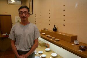 高麗白瓷の作品などを展示している梶原靖源さん=有田町のギャラリー土の器・松永陶苑