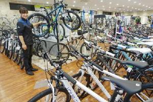スポーツ自転車の販売を強化しているあさひの店舗=大阪府摂津市