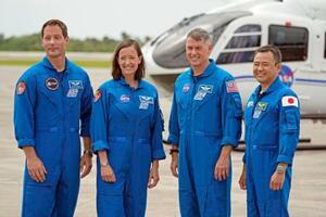 16日、米フロリダ州のケネディ宇宙センターで記念撮影する星出彰彦さん(右端)ら日米欧の飛行士4人(AP=共同)
