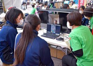 妊婦経験者と画面越しに交流する高校生ら=佐賀市呉服元町の656広場