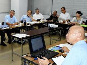 組織委員会のメンバーと市職員が「コ」の字に座って世界選手権前に状況を確認した=9月12日、佐賀市の会議室