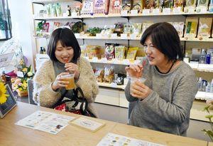 溝上薬局医大通り店に併設されたカフェのドリンクを味わう来店者=佐賀市鍋島