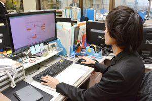 一般入試の出願用のページをパソコンで確認する入試課職員=佐賀市の佐賀大学本庄キャンパス