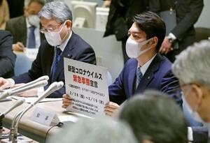 新型コロナウイルスの感染拡大を受け、「緊急事態宣言」を出す北海道の鈴木直道知事(右)=28日午後、北海道庁