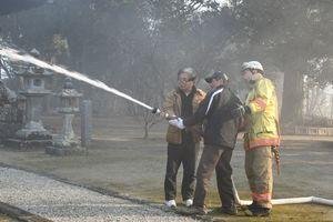 地域住民が初期消火の訓練した=神埼市の高志神社