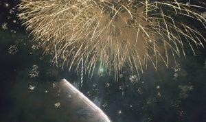仕掛け花火「ナイアガラ」と、華やかな打ち上げ花火