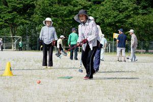 一打一打に集中してプレーする参加者=有田町中央運動公園
