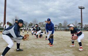 中学生に守備の基礎を指導する正林大樹さん(中央)=佐賀市のスポーツパーク川副