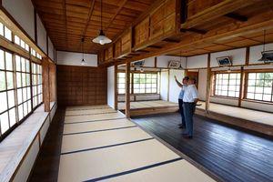 板間をコの字に囲む畳の間。一人に1畳が割り当てられ、上部には荷物を入れる天袋もあった=武雄市武雄町の如蘭塾