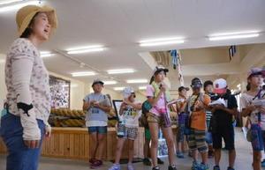 呼子大綱引の歴史について学ぶ呼子小の児童たち=唐津市呼子町の呼子大綱引会館