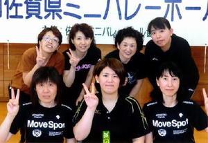 ミニバレーボール 第125回県ミニバレーボール大会 シニアの部優勝の桜花チーム(後列)と、一般女子の部優勝のヴォーグチーム(前列)