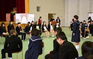 三湖西中の生徒らを歓迎式で迎えた千代田中の生徒たち=神埼市の千代田中学校