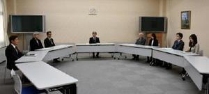 裁判員経験者と法曹3者で行われた意見交換会=佐賀市の佐賀地方裁判所