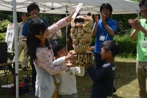 優勝トロフィーを受け取る淵さん親子=佐賀市富士町の県北山少年自然の家