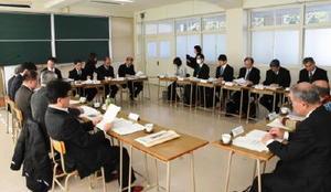 統合後の場所について協議した伊万里地区新高校設置準備委員会=伊万里商業高校