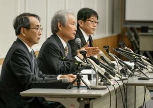 関西電力の会長就任が発表され記者会見する榊原定征氏(中央)。左は森本孝社長=30日午後、大阪市