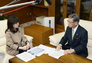 稲田防衛相(左)と会談する沖縄県の翁長雄志知事=21日午後、防衛省