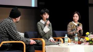 小説への思い、文章力を上げる方法などをユーモアを交えながら語った作家の藤野可織さん(中央)、千早茜さん(右)=佐賀市のエスプラッツ