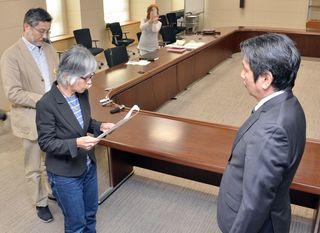 玄海原発再稼働、同意撤回を 反原発3団体が知事へ要請書