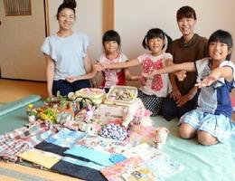 マーケットの出店者。地元の母親たちが出店し、子どもたちも販売を手伝う=吉野ヶ里町の池田亮子さん宅