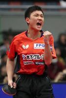 男子シングルスの準々決勝で、ポイントを奪いガッツポーズする張本智和=丸善インテックアリーナ大阪
