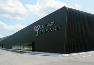 廃校跡に建設された「あつまる山鹿シルク」の養蚕工場=7日、熊本県山鹿市