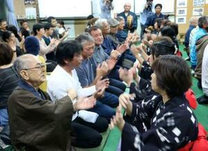 伝統行事「節田マンカイ」の手踊りで新年を祝う人たち=25日夜、鹿児島県奄美市