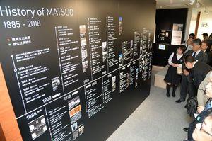 松尾建設のここまでの歩みや技術を説明した技術紹介コーナー=佐賀市多布施の松尾建設新社屋