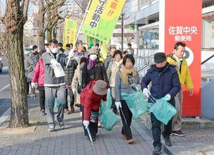 ひなまつりを前に市中心街のゴミを拾う清掃参加者=佐賀市松原