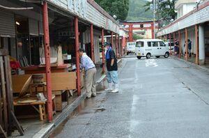 浸水被害の後片付けに追われる店主ら=7日午前、鹿島市古枝の祐徳稲荷神社・門前商店街