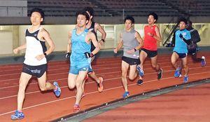 初のニューイヤー駅伝出場に向け、練習に励むひらまつ病院陸上部の選手たち=佐賀市の県総合運動場陸上競技場