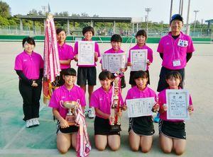 ソフトテニス女子団体で2年連続2度目の優勝を飾った小城の選手たち=沖縄県総合運動公園庭球場