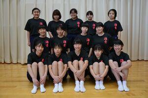 地区新人大会で団体優勝した海青中の女子卓球部