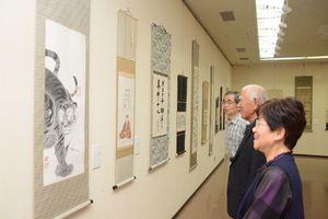 講師、OB、受講生らが作品を並べた会場=佐賀市の県立美術館